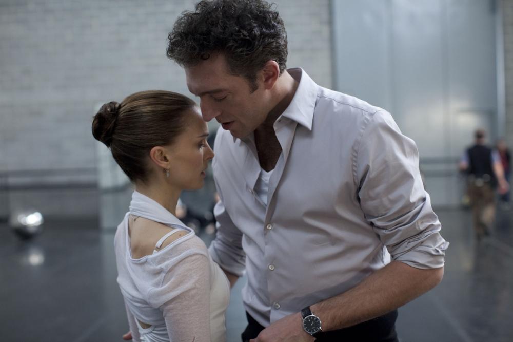 Além do icônico beijo com Mila Kunis, Natalie Portman tem ótima química em cena com Vincent Cassel | Crédito: Divulgação