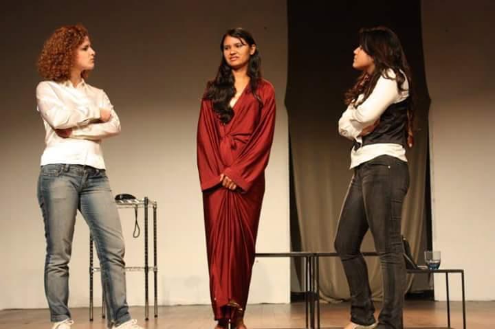 Primeira à direita: eu interpretando a 'patroa' de 'Fulaninha e Dona Coisa', comédia de Noemi Marinho sob direção da atriz Alzira Andrade