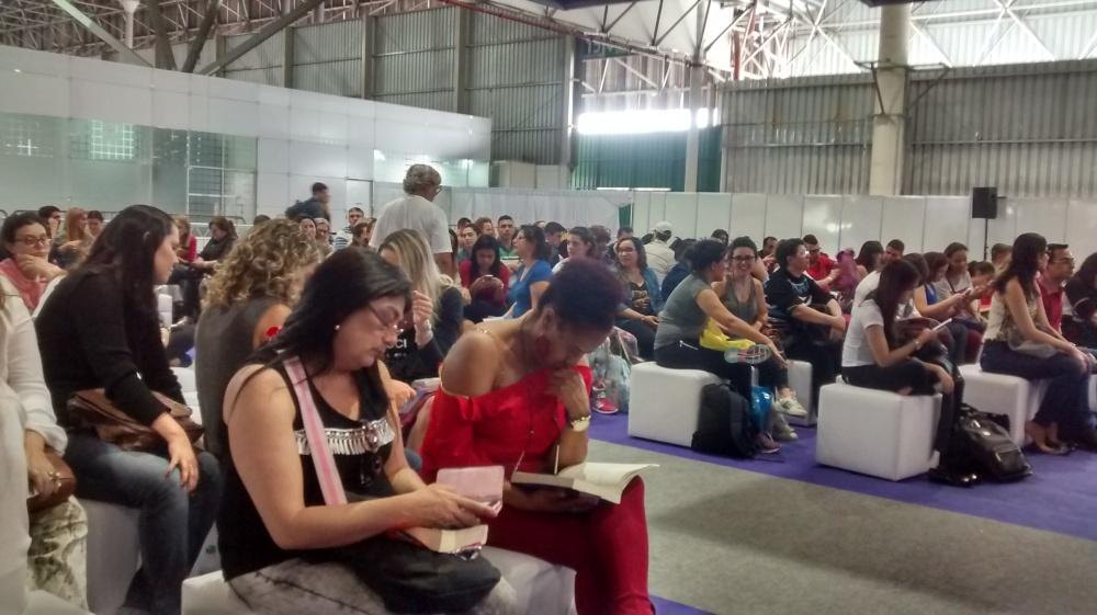 O público durante a palestra de Lucinda Riley na Bienal do Livro 2016, em São Paulo | Crédito: Camila Honorato / Menina da Estrada