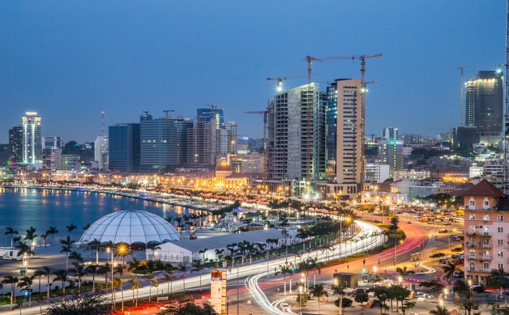 Luanda, um dos cenários urbanos imperdíveis do continente africano | Crédito: iStock / Viagem e Turismo