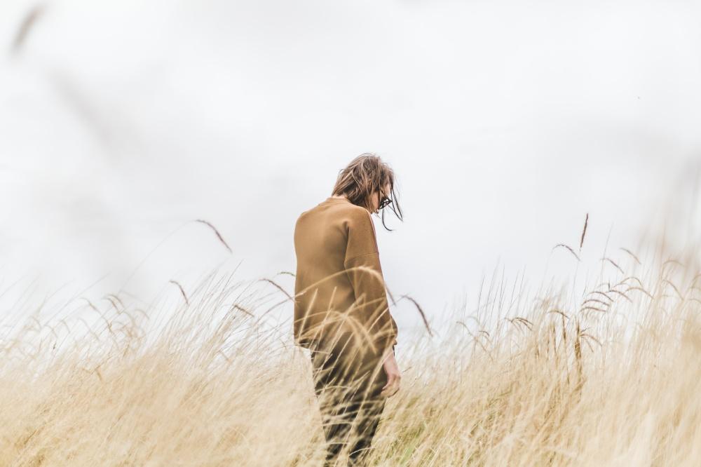 Não tem a ver com egoísmo e nem com solidão | Crédito: Matthew Wiebe/StockSnap (Menina da Estrada)