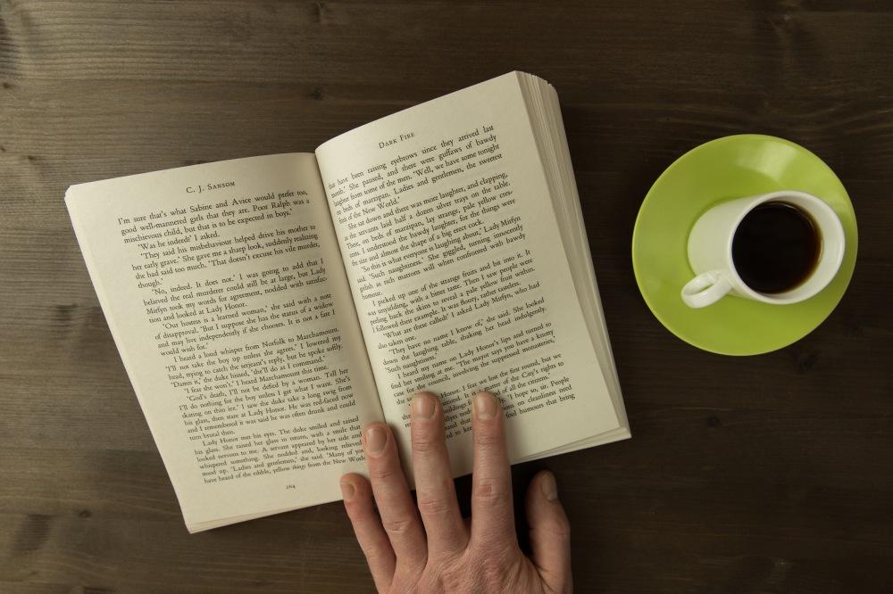 Ler tá liberado, mas a cafeína não! | Tom Eversley/ISO Republic (Menina da Estrada)
