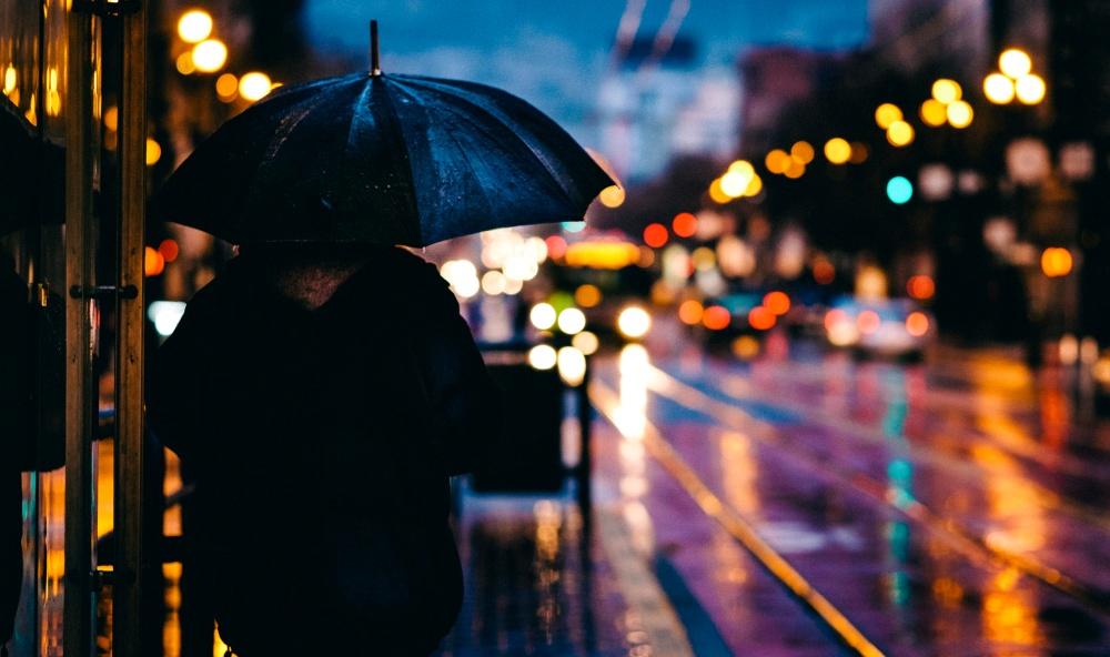Vontade de explorar as ruas noite adentro. Quem nunca? | Crédito: Refe (Menina da Estrada)