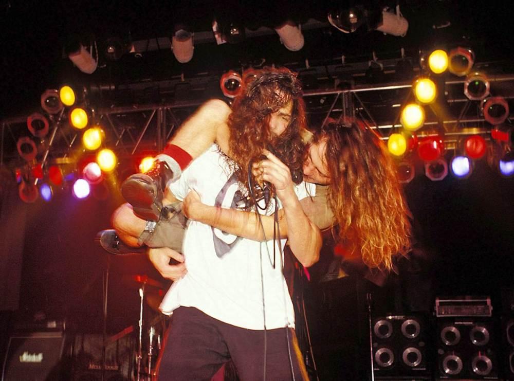 Eddie Vedder e Chris Cornell no palco com o Temple Of The Dog. Isso é a personificação do amor | Crédito: Autor Desconhecido/Divulgação