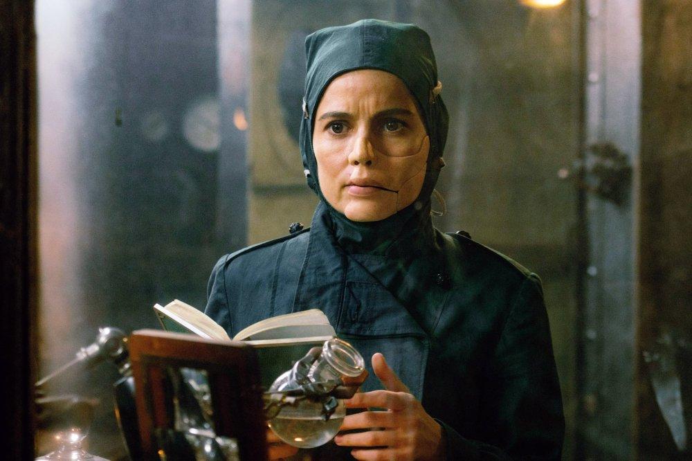 A sinistra Dra. Maru (Elena Anaya), que desenvolve um veneno altamente destruidor | Crédito: Divulgação