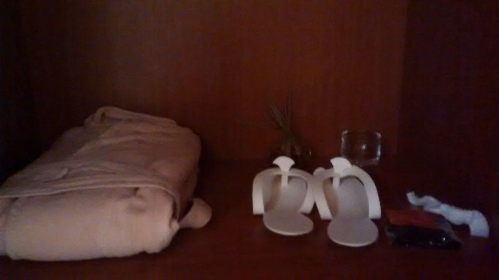 O kit com roupão e produtos descartáveis para o tratamento | Crédito: Camila Honorato