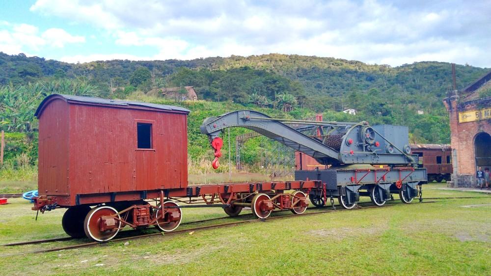 Comboios e peças em desuso tão o tom do lugar | Crédito: Camila Honorato