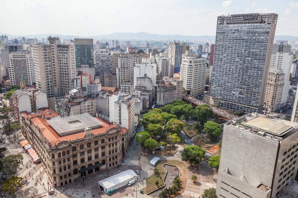 São Paulo- SP, Brasil- Vista da Praça dos Correios, no centro velho. Prédio do Palácio dos Correios e do Edifício Martinelli (prédio mais alto)