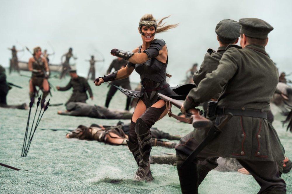 A luta das amazonas, lideradas pela guerreira Antíope (Robin Wright) é um dos pontos altos do filme | Crédito: Divulgação