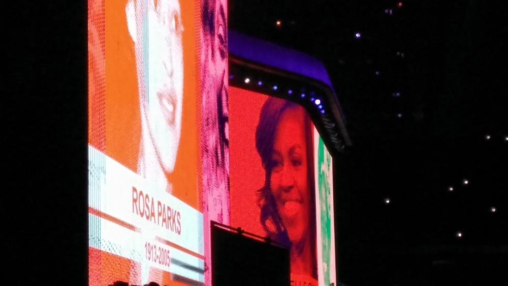 A homenagem do U2 às mulheres foi um dos pontos altos e emocionantes do show | Crédito: Camila Honorato